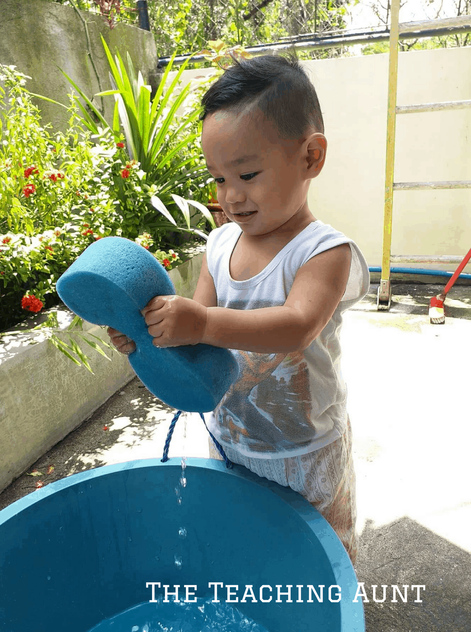 Squeeze a sponge activity- NO PREP Outdoor Activity for Toddlers